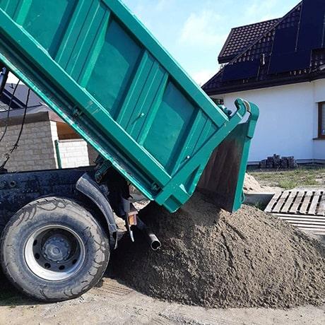 Transport piasku stabilizującego pod kostkę, ul. Jaworowa, Raszyn